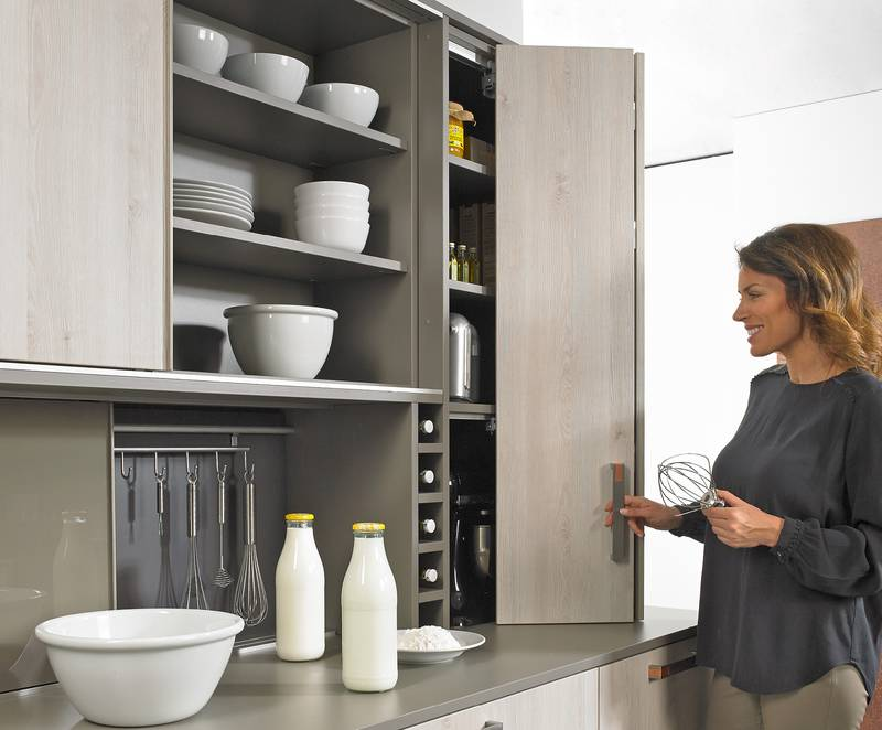 WingLine L cuts a fine figure in the top mounted kitchen unit and opens storage space for provisions and kitchen appliances. Photo: Hettich