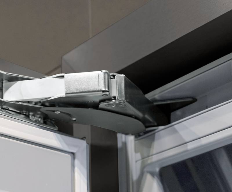 The K05 hinge with perfectly integrat-ed Silent System takes up minimal installation space in return for maxi-mum closing convenience, even for large refrigerator doors. Photo: Hettich