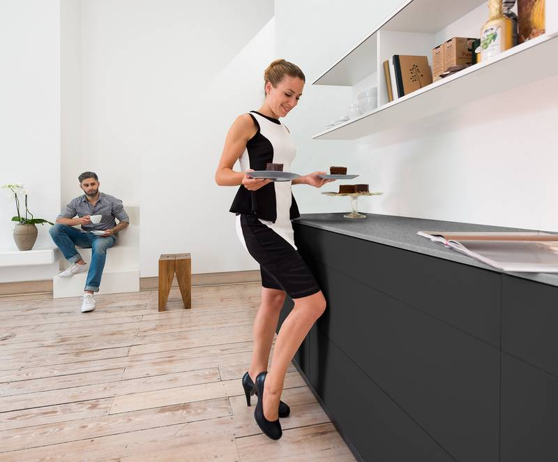 With optional synchronisation, the opening mechanism can also be reliably activated from the edge of drawers. Photo: Hettich