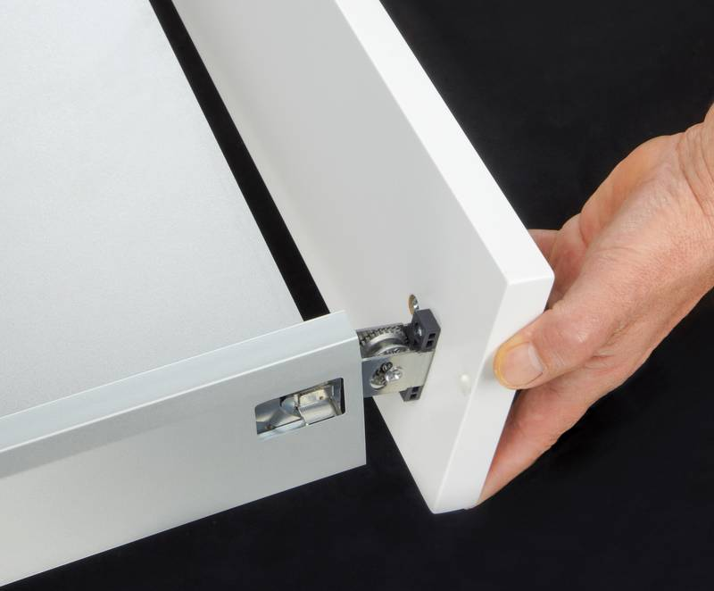 The ArciTech system's front drawer panel is installed and removed without the need for tools, in one direction and in one easy action: It simply pushes into place, with an acoustic signal indicating it's firmly locked. Photo: Hettich