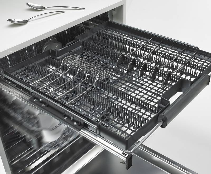 Quadro gently moves dishwash-er racks in and out, leaving dishwasher contents perfectly protected. Even with optional soft closing. Photo: Hettich