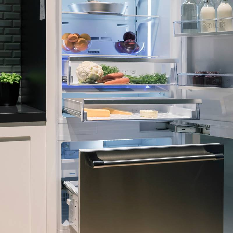 Large refrigerators need strong partners: K05 hinge and Quadro Compact pull-out system.