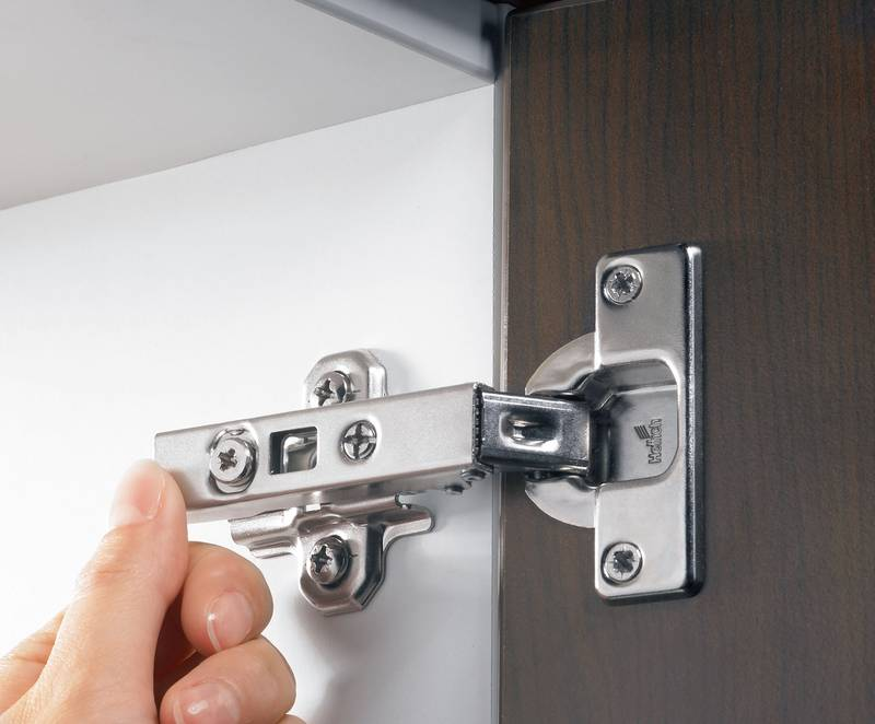 Secure installation: a light press on the Intermat hinge is all it takes. As it clips on, it makes a sound that can be clearly heard, indicating precision engagement. Photo: Hettich