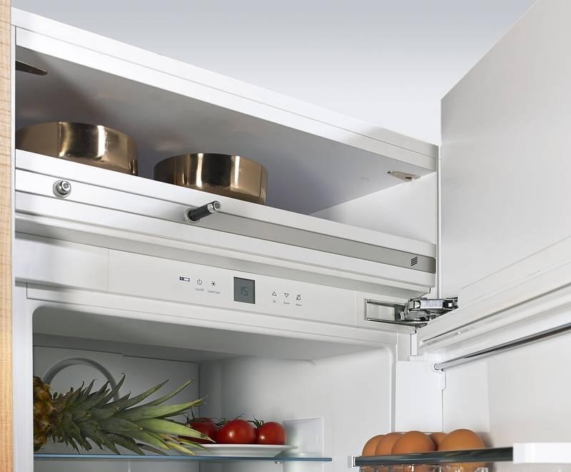 At only 22 mm, Easys has the lowest installed height on the market. The function unit is normally installed above the appliance and concealed with a loose shelf. A designer profile discreetly integrates Easys into the kitchen's design. Photo: Hettich