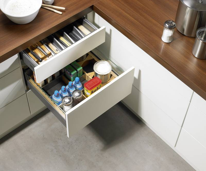 If the pull-out is opened in a unit, a cable available for optional installation deactivates all of the pull-outs in the unit threatened by a risk of collision. Photo: Hettich