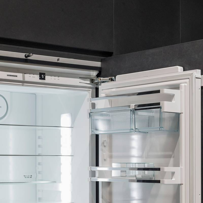 Handleless design thanks to the Easys opening system for refrigerators.