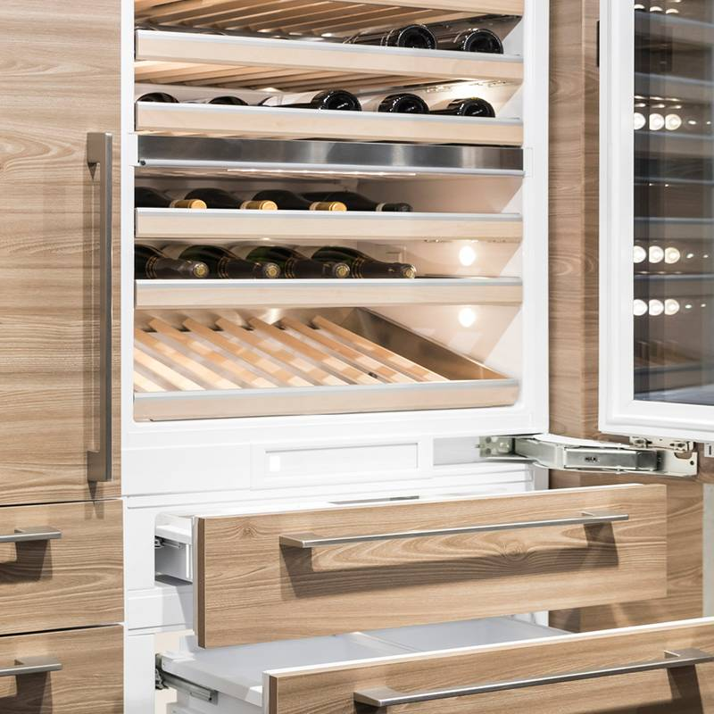 Teamwork in the refrigerator: K05 hinges for doors, Quadro Compact for crisper compartments.
