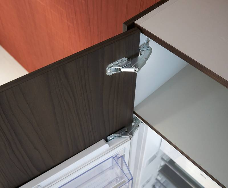 The Kamat guiding hinge from Hettich guides the uninterrupted front – for stable reveal alignment. Photo: Hettich