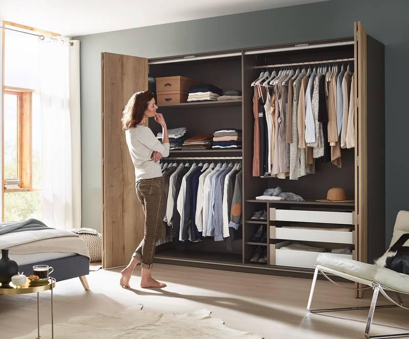 WingLine L creates surprising panorama effects on the wardrobe. Photo: Hettich