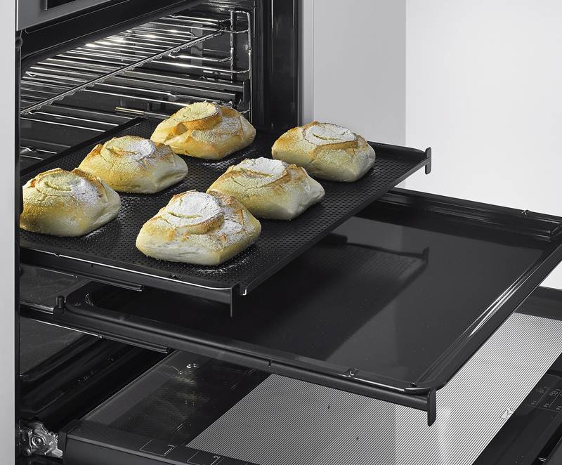 Full access to the baking tray with Quadro 6 drawer runners from Hettich. Photo: Hettich